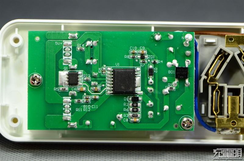 USB输出单元全览,并没有发现USB智能识别芯片,两个USB口 D+D-都是短接模式。 这里依旧使用了美国PI的开关电源方案,大芯片内置开关管,提供同步整流信号输出,外置MOS管进行整流。 相比肖特基,有着更高的效率,同时还减小散热器成本,更易安排布局。