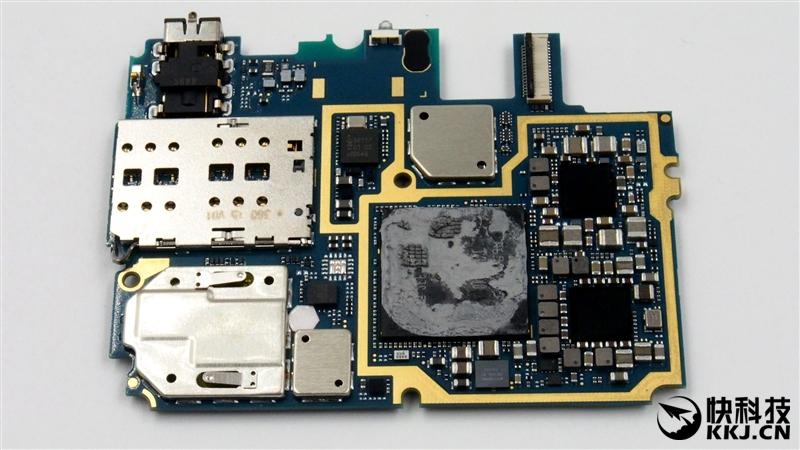 2月24日,小米在北京国家会议中心召开发布会,正式发布了新旗舰小米5。 配置方面,小米5采用5.15英寸1080p显示屏,搭载骁龙820处理器,内置3/4GB内存和32/64/128GB机身存储空间,提供一颗400万像素前置摄像头和一颗1600万像素后置摄像头,电池容量3000mAh,支持双卡双待全网通(与或卡槽)。 价格方面,3GB+32GB版本售价1999元,3GB+64GB版本售价2299元,4GB+128GB版本为2699元。  那么,小米5的做工到底如何呢?来看看爱玩客带来的真机拆解吧。 视频观