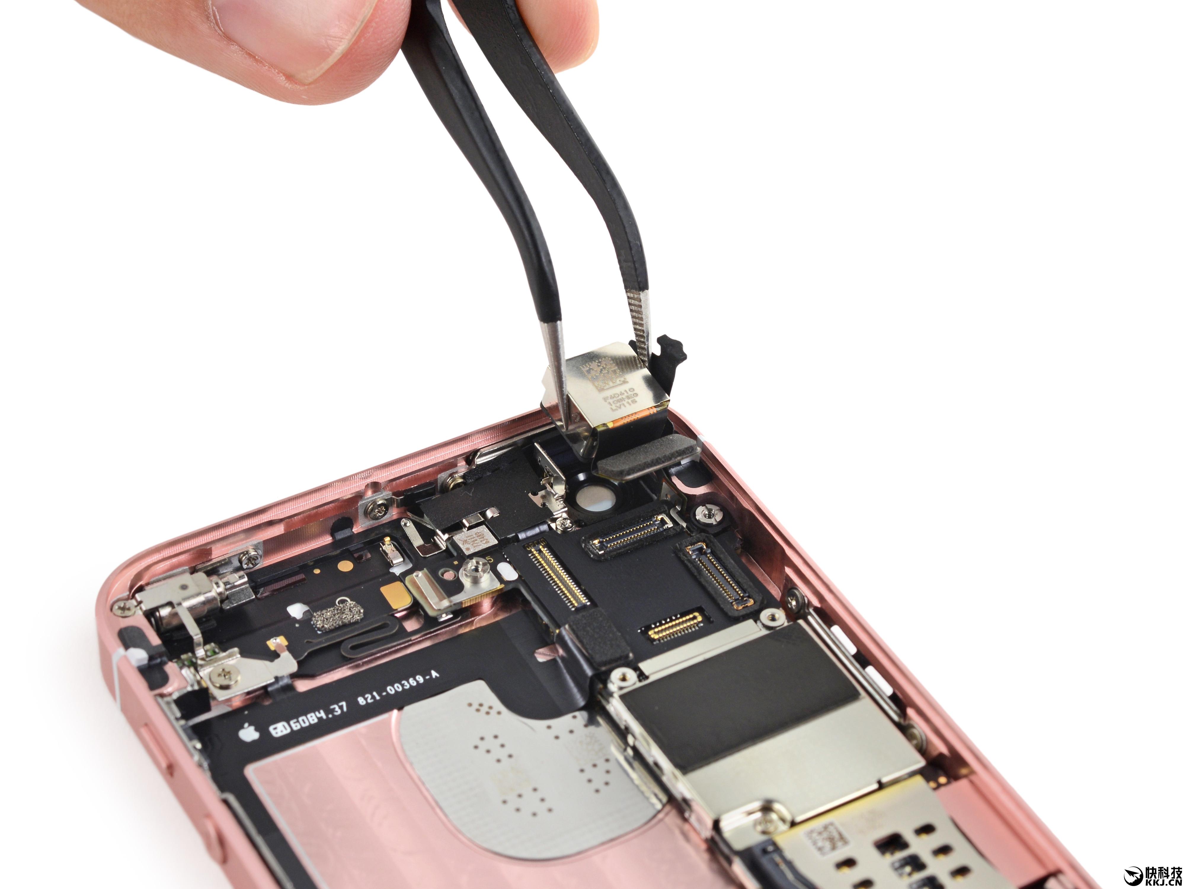 如果昨天Chipworks的拆解你看得不过瘾,现在ifixit已经送出了iPhone SE的完整拆解,可以肯定的是,该机除了外形,机身内部构造、主板排列等也都与iPhoen 5S基本一致。  看是拆解前,还是要先简单介绍下iPhone SE的配置,采用了4寸分辨率1136×640屏幕(ppi 326),搭载A9处理器和M9协处理器,提供2GB内存和16/64GB存储,内置1200万像素摄像头(单个像素1.