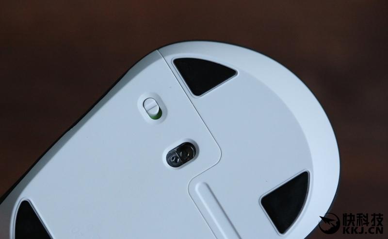 """【外观设计:按键丰富,手感舒适】 照例先看包装:  罗技M720的包装正面的""""TRIATHLON""""字母十分醒目,表明了这款鼠标的核心卖点—多屏协作,不过整体包装风格跟它399元的售价完全不相匹配。  ↑↑↑包装背面介绍了罗技M720的特点,除了多屏协作外,持久的电池续航也是这款鼠标的重要特点。  ↑↑↑外观方面,罗技M720的造型与M705大致相同,均采用非对称式设计,左侧弧度明显比右侧大很多。  ↑"""