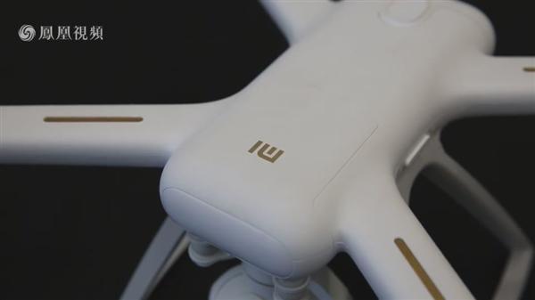 美女体验小米无人机4K版:直接解锁新手模式