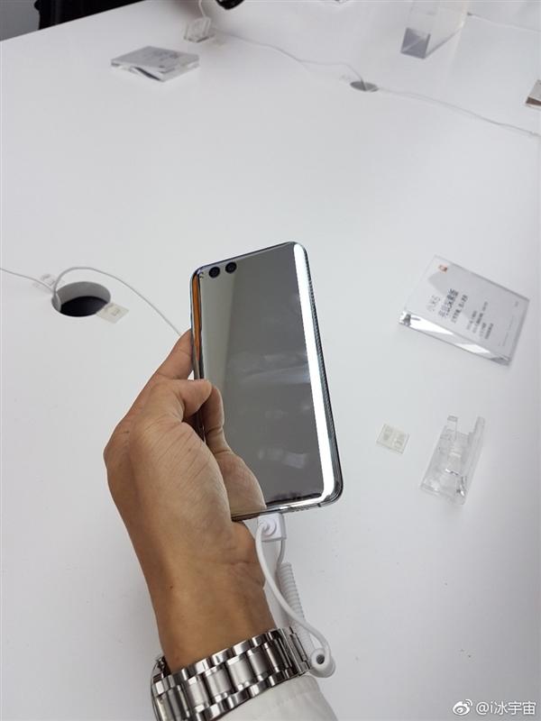感觉10万块握在手中!小米6亮银版真机:能当镜子照