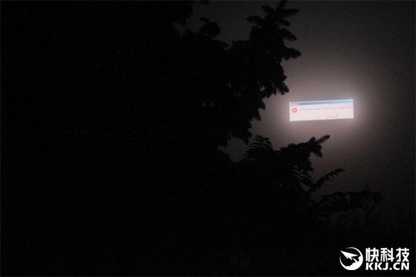 一个电子广告牌死机了... 晚上正好又起雾