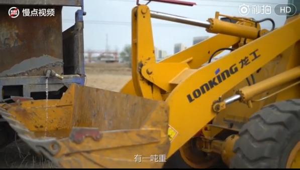 小米6防泼溅残酷测试:挖掘机拉1吨水浇头