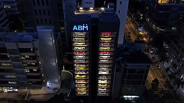 15层楼高最大自动售货机:投币出来的竟是豪车