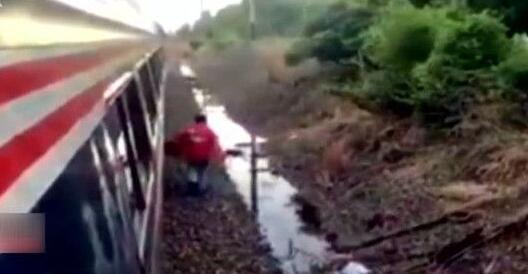 神一样的存在:滞留火车上叫外卖 小哥跋山涉水来送