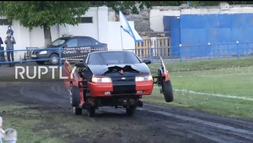 俄父子用国民神车自造变形金刚:能跑还能开火图片