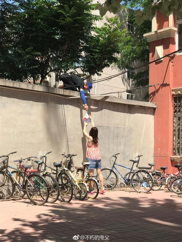 女大学生叫外卖 小哥飞檐走壁来送餐