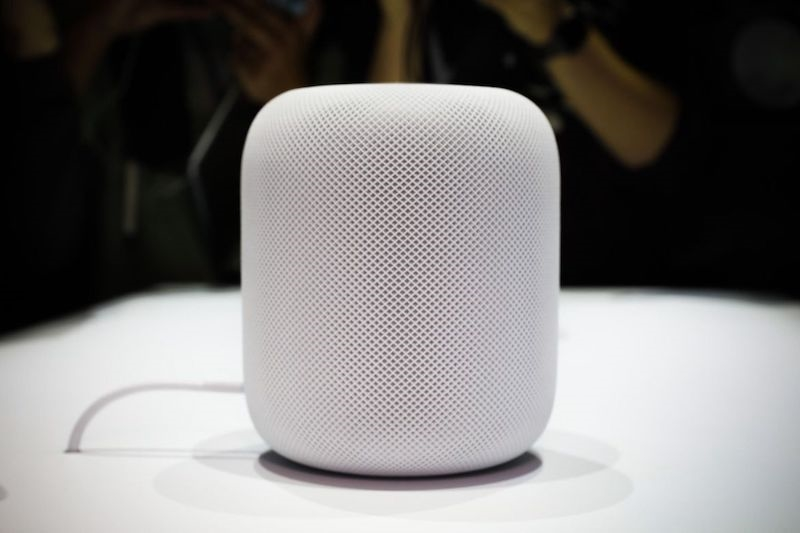 """亚马逊、微软、谷歌都在血拼AI智能语音,苹果自然也不能落后,这次发布的iOS 11核心改造思路就是围绕Siri,只有软件可不行,毕竟竞争对手们都已经推出了基于语音助手的硬件。 在这样的大环境下,苹果带来了HomePod,你可以理解这就是集成了Siri的智能音箱,但更深入的一点是,它将作为一个中心串联起整个苹果智能家居。    虽然大家吐槽Mac Pro外形设计就是翻版""""垃圾桶"""",但苹果很喜欢这个设计,所以在HomePod上他们采用了相同的输出方式,类似MacPro的设计风格,身高约"""
