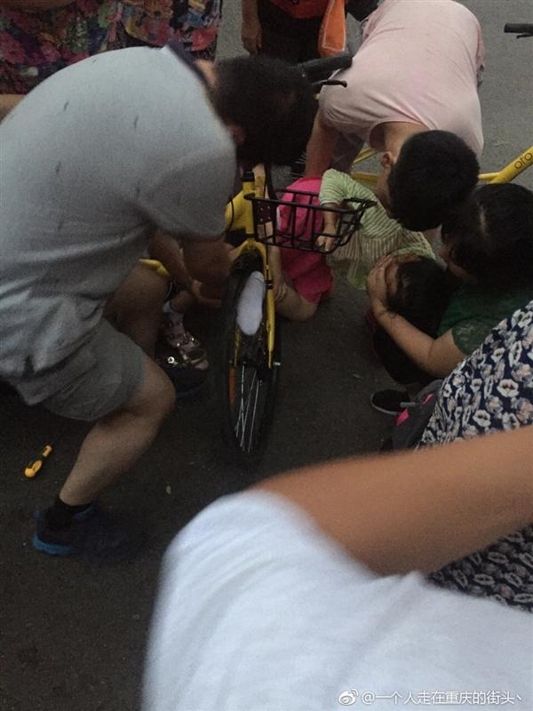 妈妈让小女孩坐共享单车车筐 脚夹入轮毂