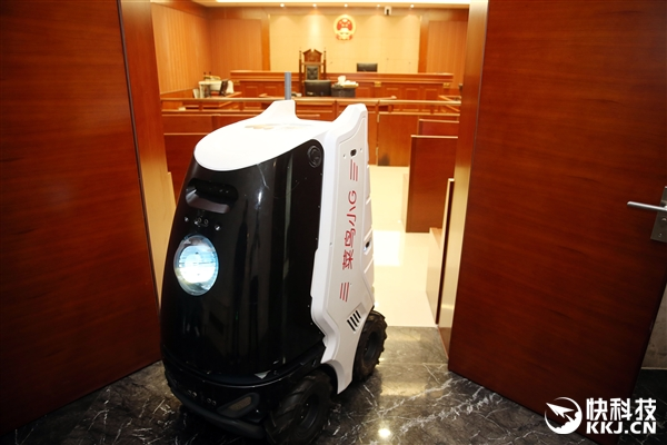 法院最萌机器人快递员走红:自己会坐电梯不跟人抢