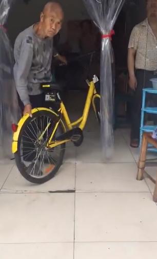 老人强抢解锁共享单车:停我家门口就是我的
