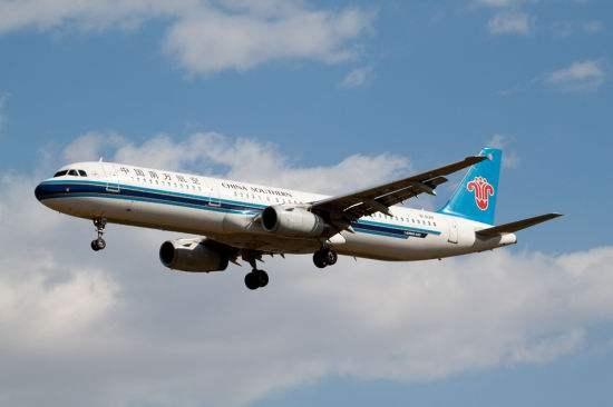 老人朝飞机发动机撒硬币致航班延误 南航官方回应