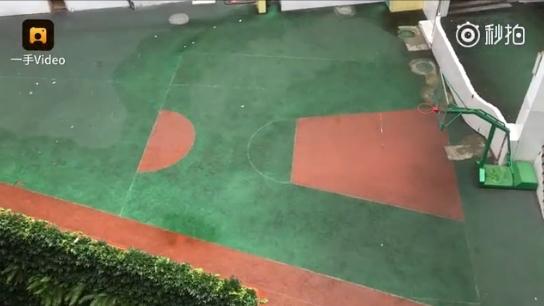 重慶又一魔性建築走紅 空中走廊+梯形籃球場