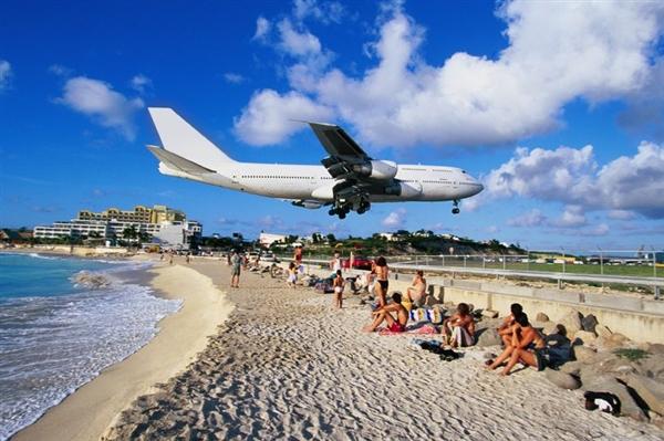 女子近距离体验飞机起飞 结果被气流甩出撞死