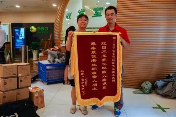 这就是京东快递小哥和别家的区别 刘强东骄傲
