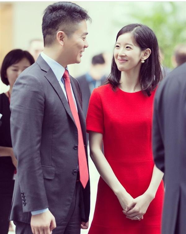 奶茶妹妹晒照与刘强东对视秀恩爱:红色礼服裙抢眼