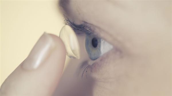 据Mashable报道,英国一名外科医生在为这位退休女士做检查时发现,她的眼里有17只未取出的隐形眼镜,随后又在接下来的检查中发现了10只,整整27只隐形眼镜一直在这位女士的眼里忘记被取出。