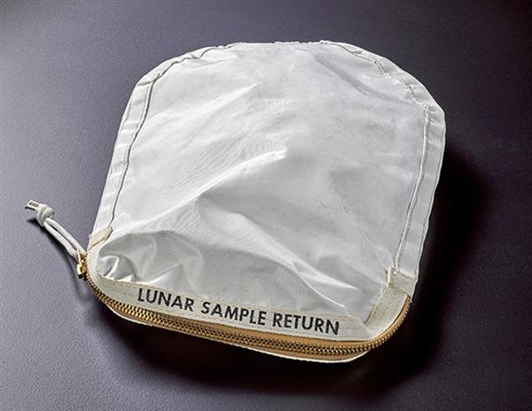 美国登月物品袋被偷拍出千万天价:关于它是否造假有对证了