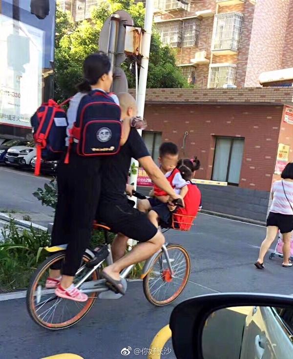 这是演杂技?一辆共享单车载4人 摩拜回应