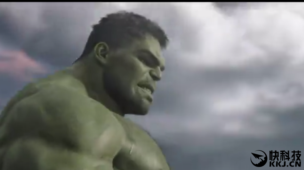 值得一提的是,绿巨人似乎为了配合雷神的短发也把头发理短了,而在图片