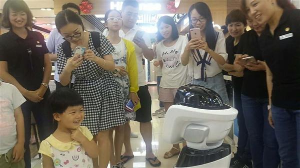 苏宁易购机器人正式亮相 更是风光无限的上央视