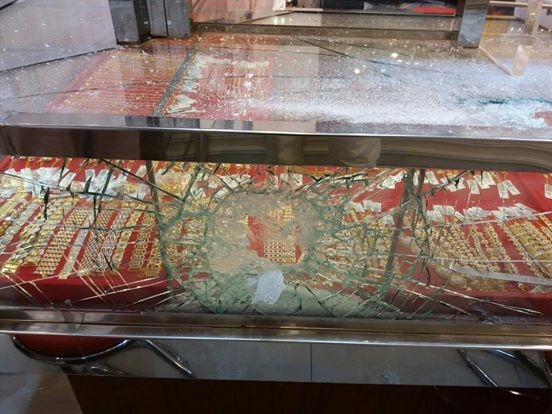 国外四名匪徒抢劫金店 玻璃柜质量太好:这就尴尬了