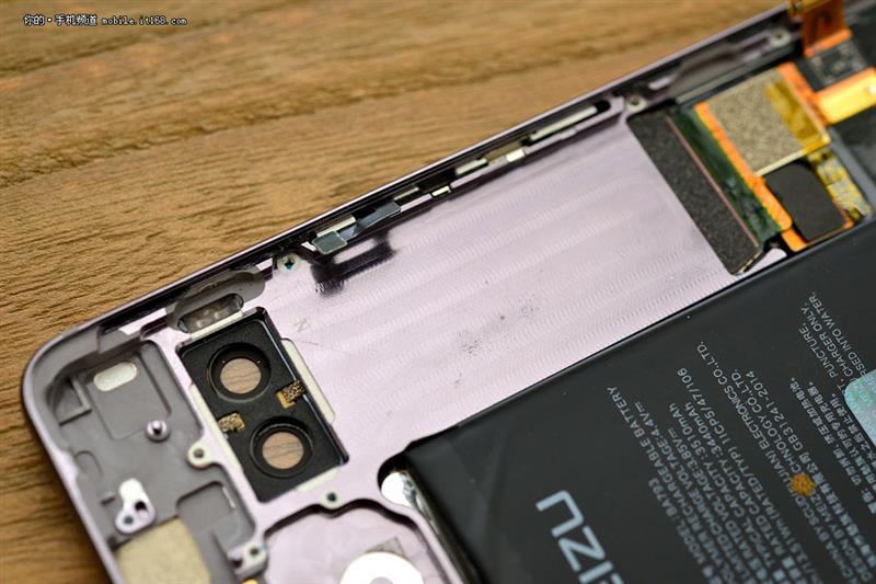 魅族PRO 7 Plus拆解:为双屏量身定做的特殊设计
