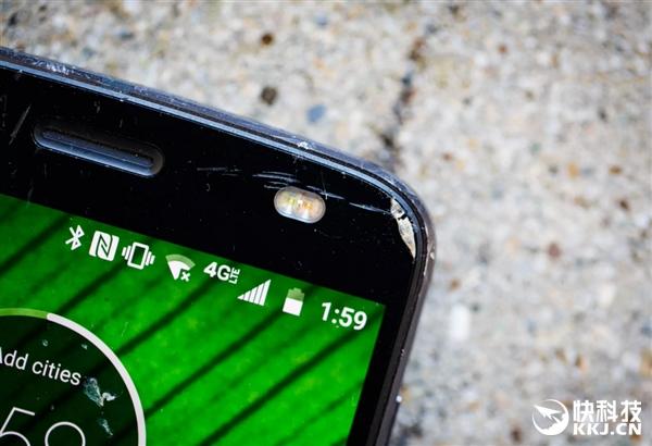老外质疑Moto Z2F不碎屏技术:暴力跌落28次后彻底服了