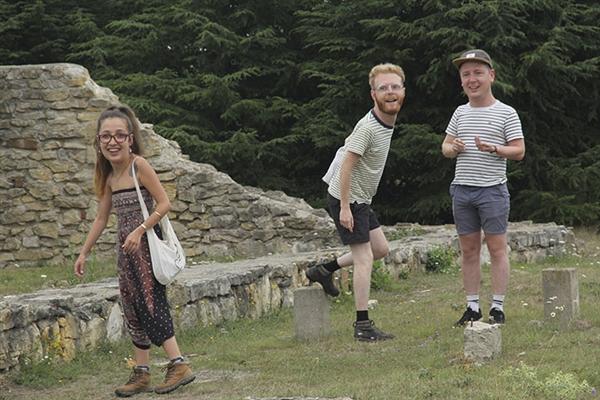 一群人把度假照片交给朋友做后期 看到结果后懵了