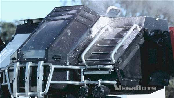 牛人250万美元造巨型战斗机甲:真实上演泰坦天降