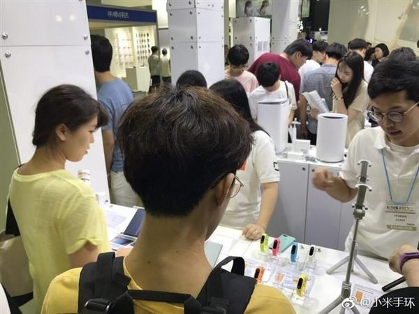 全球第一爆品!韩国人排队购买小米手环2:性价比无敌!