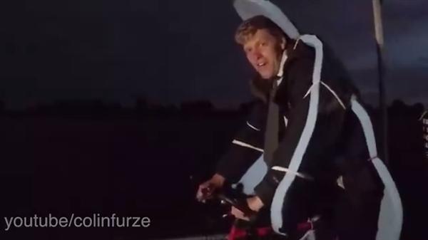 """网红发明家自制""""火箭自行车"""" 场面燃爆了!"""