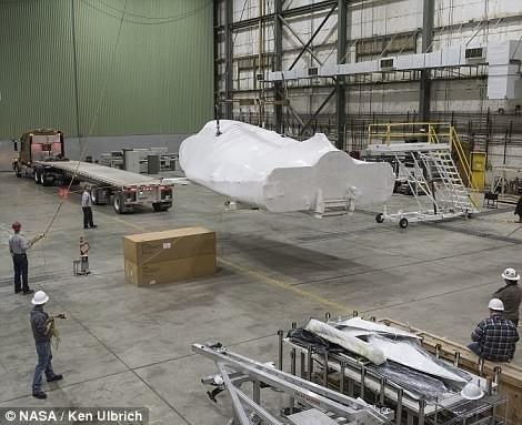 美国新一代航天飞船亮相:真的很迷你
