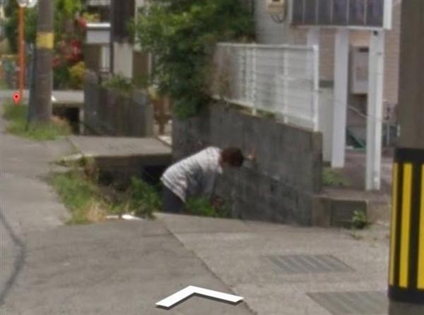 谷歌街景拍下日本大妈掉进水沟画面 趴墙姿势亮了