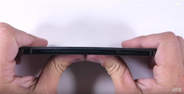安卓之父Essential手机暴力测试:钛合金中框果然很结实