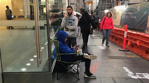 死忠果粉为拍首发上手视频 成排队买iPhone X第一人