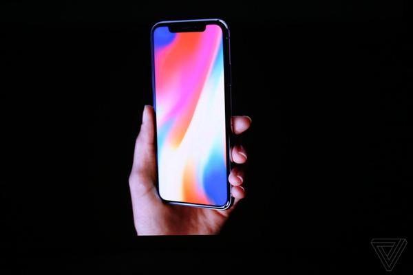iPhone X正面保留的�⒑TO�是有玄�C,因�樘O果在其中�x予了TrueDepth�z像�^系�y,按照官方的�f法,A11中集成了相��的芯片,�C器可以�W��住用�舻哪�部信息,你完全不用��心使用�h境和�R�e精度,因�樗���之前已��y�近百�f���部信息。