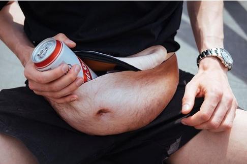 """""""啤酒肚""""腰包国外走红:肚脐、毛发逼真"""