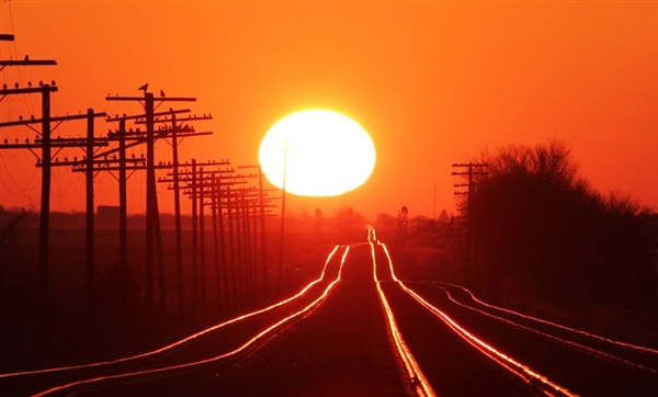 摄影师每年守候日出 拍出的铁路惊艳了世人
