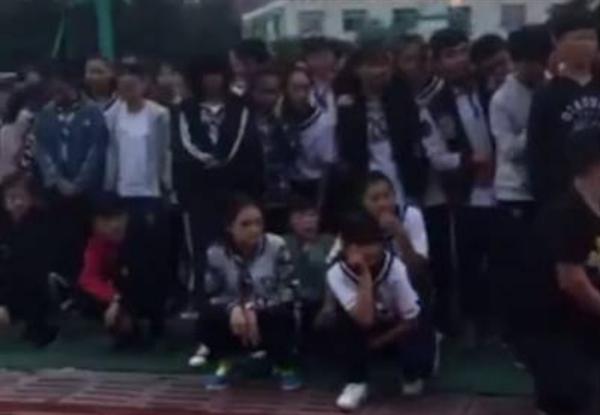 一中学当学生面销毁手机:用锤砸、扔水桶