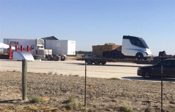 特斯拉电动卡车拉货路测遭偷拍:快如擎天柱