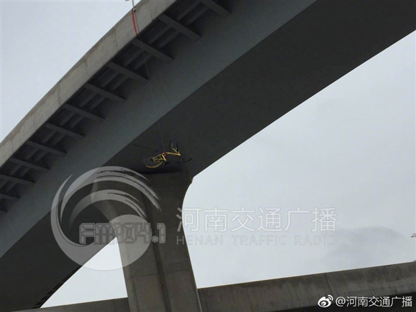 如何做到的?小黄车被挂在高架桥上