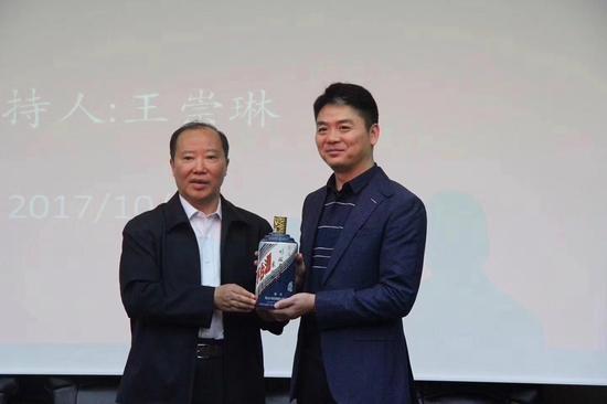 刘强东造访茅台获赠定制酒 茅台市值逼近7000亿