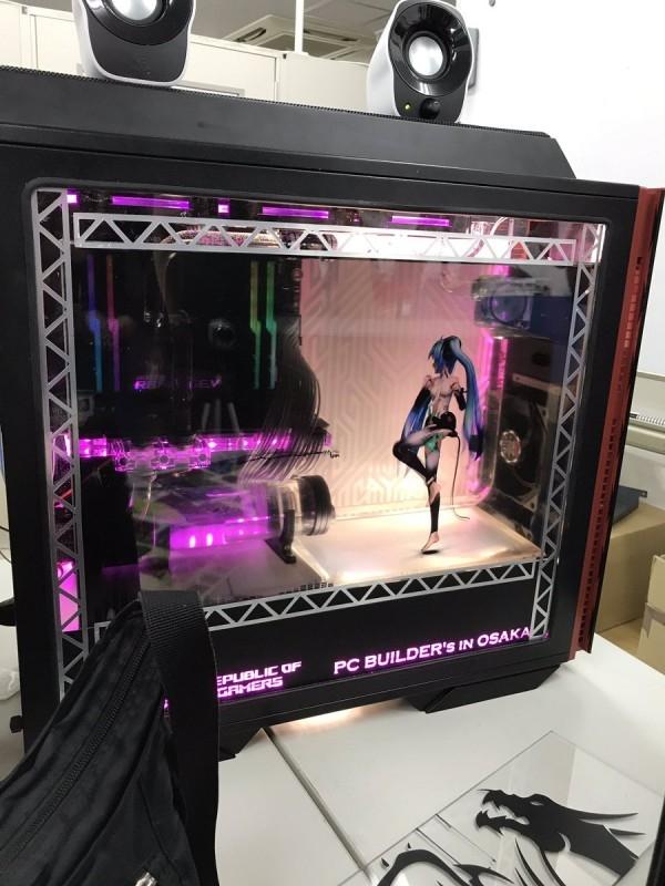 日本宅男将初音放入PC机箱:劲歌热舞画面超有爱