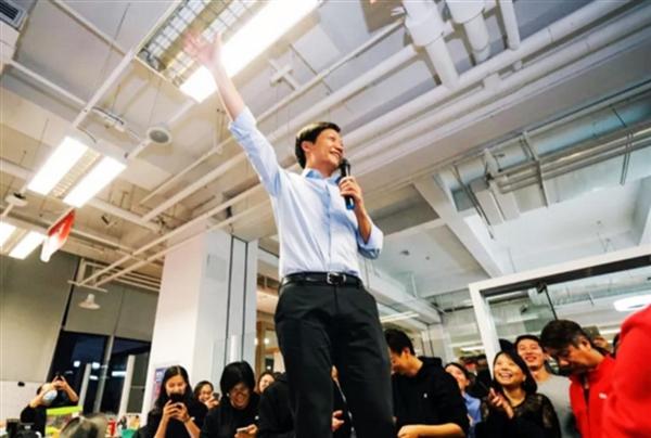 天猫手机双11销售额同比暴增66%:小米夺冠雷军激动跳上桌子