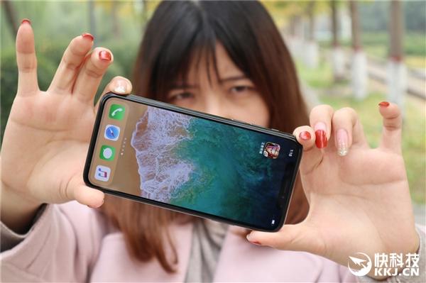 """祖传小哥看呆!iPhone X专用贴膜神器:""""刘海""""不跑偏"""
