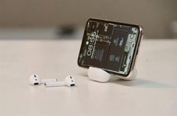 果粉巧用AirPods充电盒做iPhone X支架:画面折服