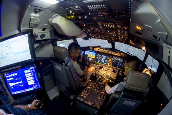 中国首台波音737 MAX模拟机亮相:在地面开飞机