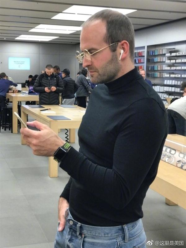苹果店里来了位黑衣小哥:仔细一看 女店员当场吓懵